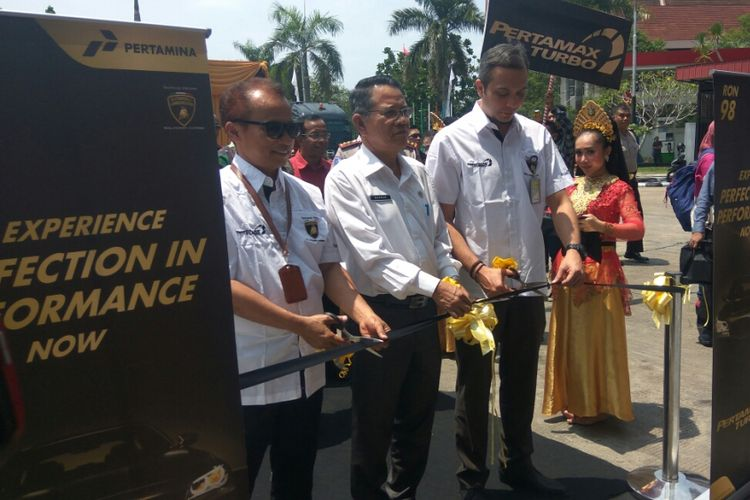 Branch Manager Marketing Pertamina Kalbarteng Teuku Johan Miftah (kanan) saat menggunting pita dalam peluncuran Pertamax Turbo di SPBU Coco, Jalan Ahmad Yani, Pontianak (29/8/2018)