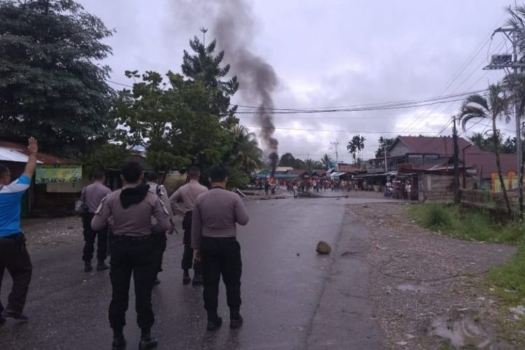 Massa saat meblokade jalan dengan membakar ban bekas di jalan Timka-Kuala Kencana.