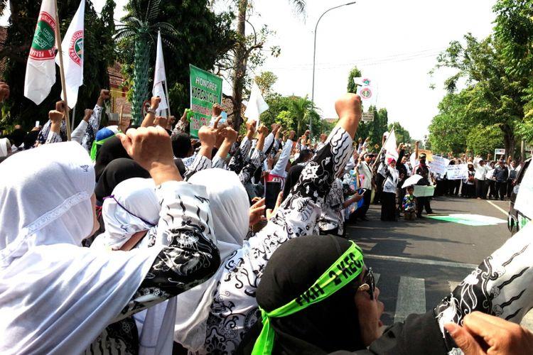 Ratusan tenaga honorer di Kabupaten Jombang, Jawa Timur, menggelar aksi demonstrasi di DPRD Jombang, Rabu (3/10/2018) pagi.