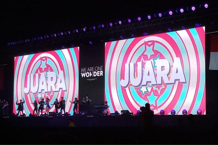 Penyanyi Naura berkolaborasi dengan pemain keyboard tunanetra Zizi Raziq Sodiq dalam Upacara Penutupan Asian Para Games di Stadion Madya, Gelora Bung Karno, Senayan, Jakarta, Sabtu (13/10/2018).