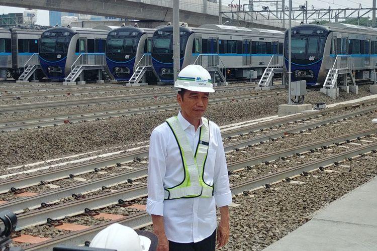 Presiden Joko Widodo, Selasa (6/11/2018) pagi, menjajal moda transportasi Mass Rapid Transit. Presiden berangkat dari stasiun Bundaran Hotel Indonesia dan naik ke kereta MRT sampai ke depo Lebak Bulus.