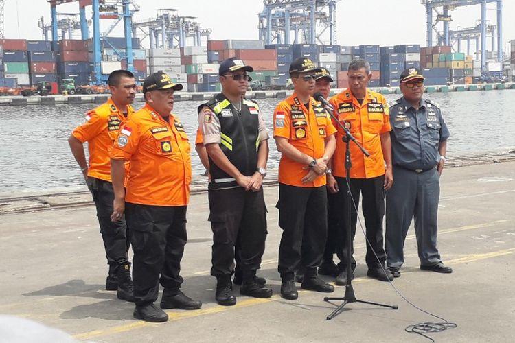 Kepala Badan SAR Nasional Marsekal Madya M Syaugi memberikan keterangan kepada awak media di Dermaga JICT 2 Pelabuhan Tanjung Priok, Rabu (7/11/2018).