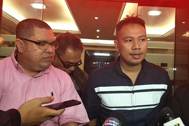 Vicky Prasetyo bersama kuasa hukumnya Razman Nasution dan tim saat ditemui di Polres Jakarta Selatan, Senin (26/11/2018).