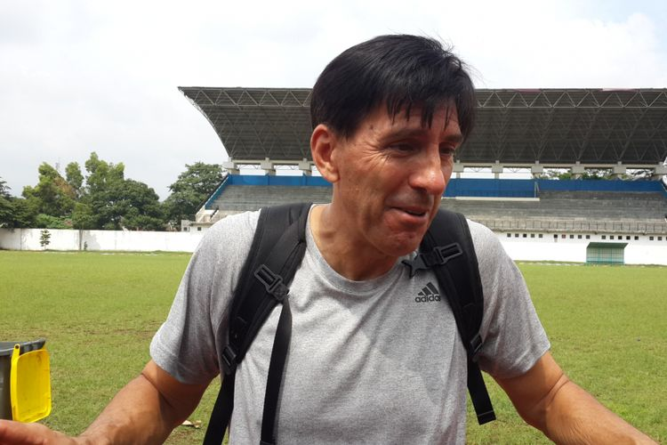 Pelatih Arema FC, Milan Petrovic, seusai memimpin latihan di Stadion Cakrawala, Universitas Negeri Malang, Kota Malang, Rabu (28/11/2018).