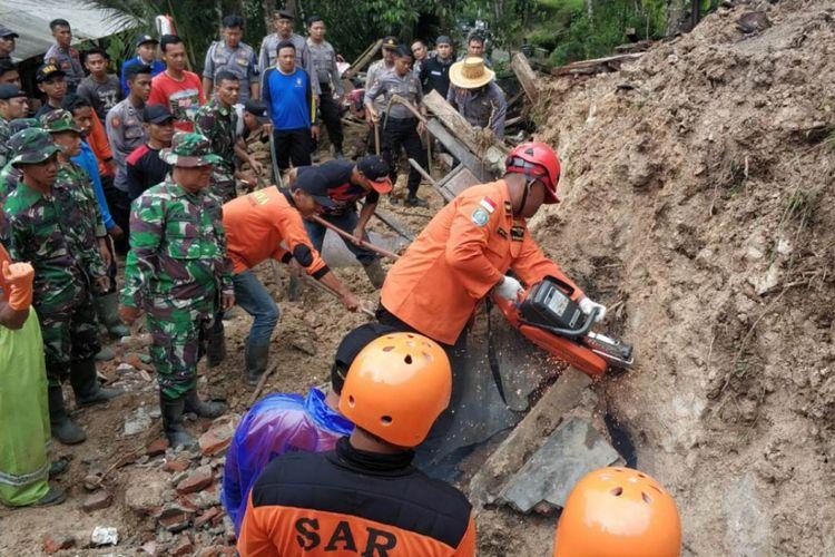 Tim dari Basarnas pos Sar Trenggalek,Polri,TNI serta masyarakat berupaya melakukan evakuasi terhadap korban yang tertimbun longsor di RT 002,RW 002, dusun Jambu desa Sidomulyo kecamatan Kebonagung Pacitan Jawa Timur (08/12/2018)