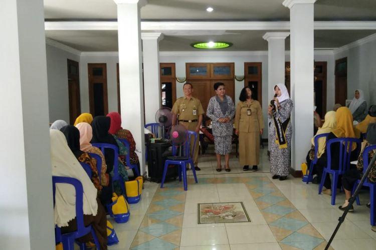 Bidan Tonik memberikan penyuluhan tentang KB di Desa Bentak, Sragen (10/12/2018)