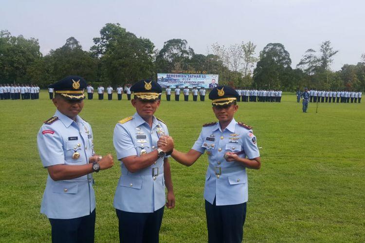 SALAM KOMANDO --Kepala Staf Angkatan Udara, Marsekal TNI Yuyu Sutisna melakukan salam komando setelah melantik Letkol Tek Arie Santoso sebagai komandan Sathar 65 Depohar 60 Lanud Iswahjudi, Rabu ( 12/12/2018).