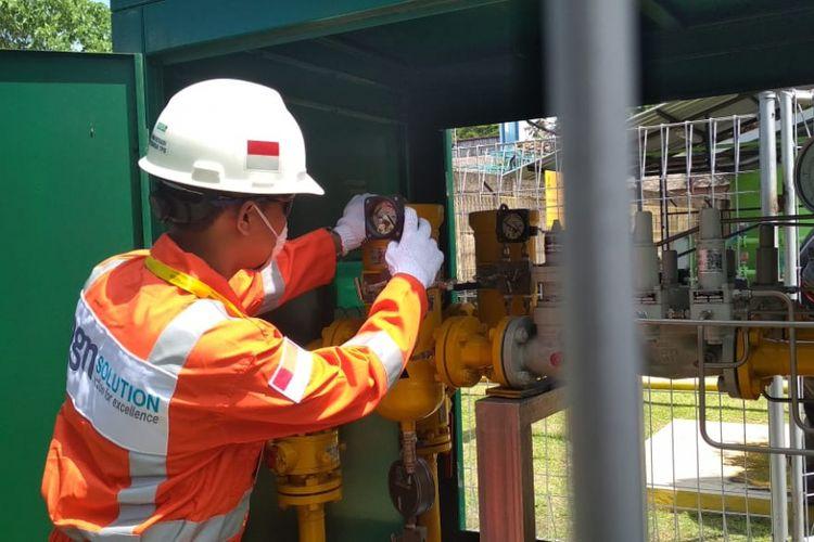 Petugas sedang melakukan pemeriksaan instalasi gas stasiun di Lampung Timur