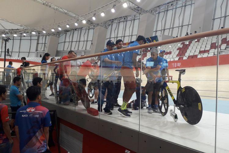 Sejumlah pebalap yang terjatuh saat digelarnya kualifikasi final nomor Omnium Elit Putra, Asian Track Championships 2018 di Jakarta International Velodrome, Rawamangun, Jakarta Timur, Jumat (11/1/2019).