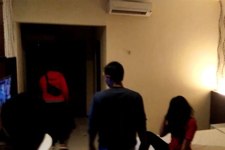 Aparat Polres Madiun Kota menggeledah salah satu kamar di hotel Kartika Abadi di Jalan Pahlawan Kota Madiun setelah membongkar praktek prostitusi online yang melibatkan model foto dan anak dibawah umur, Minggu ( 13/1/2019) malamm.