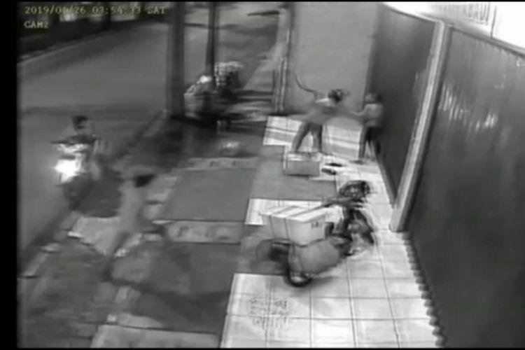 Aksi rampok sajam yang mengambil ponsel tukang tahu di Cakung terekam kamera CCTV
