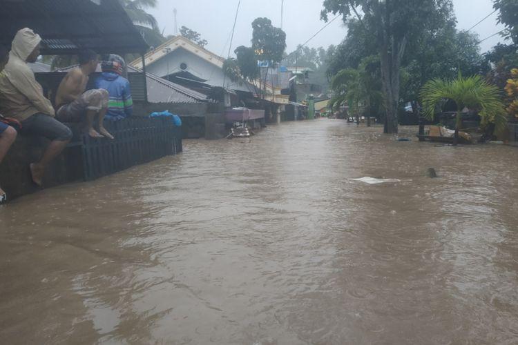 Banjir menerjang Kelurahan Mahawu, Kecamatan Tuminting, Jumat (01/02/2019).