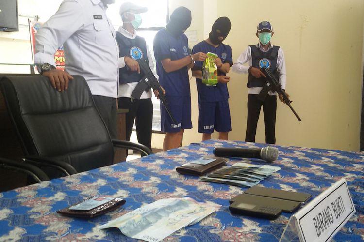 Dua tersangka pembawa sabu diamankan di kantor BNNP Bangka Belitung, Senin (11/2/2019).
