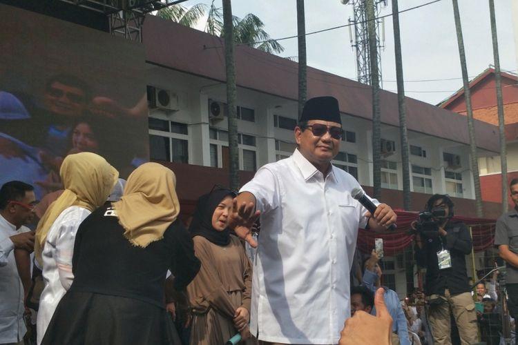 Calon presiden nomor urut 02 Prabowo Subianto sempat menunjukkan kegemarannya berjoget dengan menirukan gerak tari wayang orang saat satu panggung dengan musisi gambus Nissa Sabyan di halaman kampus Universitas Kebangsaan Republik Indonesia (UKRI), Bandung, Jumat (8/3/2019).