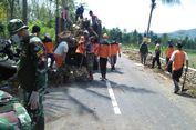Kerja Bakti, Warga Bersih-bersih di Lintasan Borobudur Marathon 2018