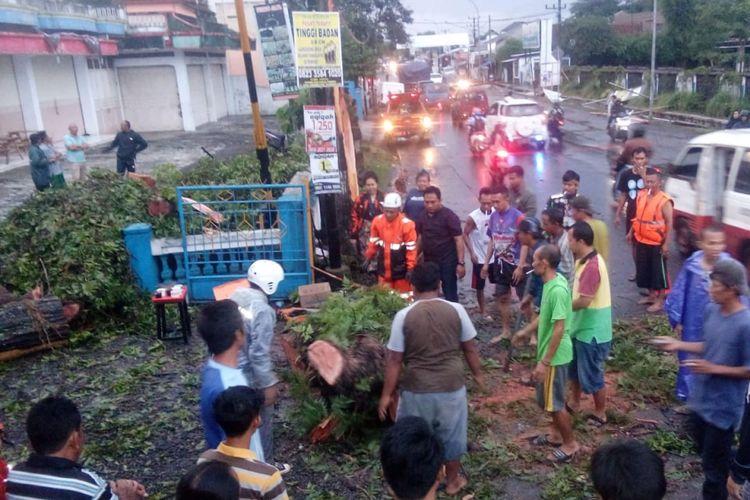 Petugas BPBD Kota Tasikmalaya dibantu kepolisian serta warga setempat sedang mengevakuasi pohon tumbang di Jalan AH Nasution, Mangkubumi, Kota Tasikmalaya, Jumat (7/12/2018).