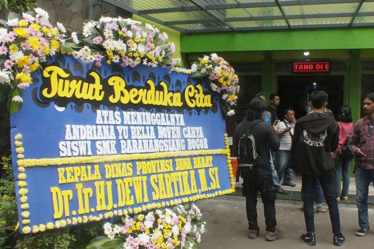 Karangan bunga belasungkawa terlihat di SMK Baranangsiang, Kota Bogor, Rabu (9/1/2019).
