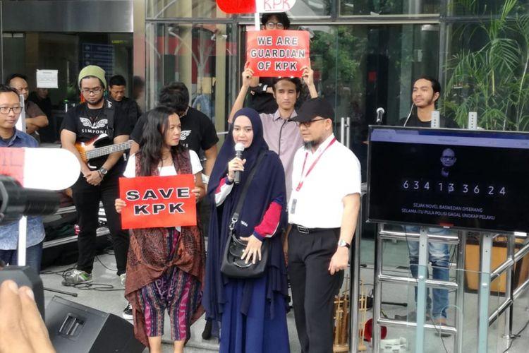 Istri dari penyidik senior Komisi Pemberantasan Korupsi (KPK) Novel Baswedan, Rina Emilda dan suaminya dalam acara Mari Bergerak #SAVEKPK di Gedung Merah Putih KPK, Jakarta, Selasa (15/1/2019).