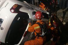 Hindari Mobil Lain, Nissan Juke Terperosok ke Selokan di Duren Sawit