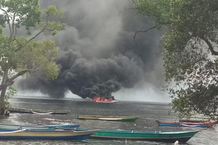 Kapal pengangkut puluhan drum BBM KM Hikmah Utama terbkaar di perairan Desa Hila, Kecmatan Leihitu, Maluku, Rabu (13/6/2018)
