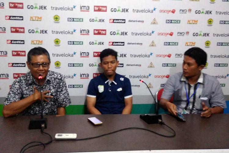 Pelatih Persela Herry Kiswanto (kiri) dan Eka Ramdani (tengah), dalam jumpa pers selepas pertandingan.
