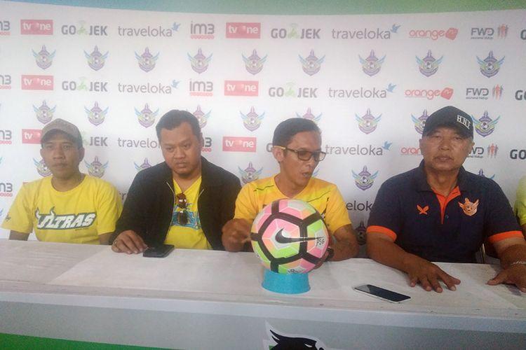 Perkenalan manajer baru Persegres Gresik United, Mulyadi (dua dari kiri) dan asistennya Achmad Dailamy (kiri).
