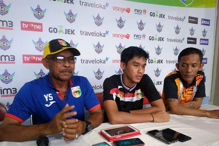 Pelatih Mitra Kukar Yudi Suryata (kiri) dan Septian David Maulana (tengah), selepas laga menghadapi Persegres Gresik United.