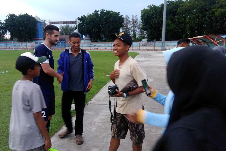 Fathullo Fathulloev (dua dari kanan) tak segan berjabat tangan dan melayani sesi foto bersama fans Persela Lamongan.