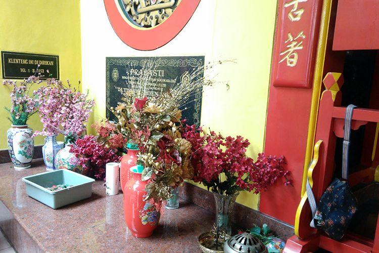 Beberapa barang yang turut dibersihkan di Kelenteng Kim Hin Kiong menjelang perayaan Imlek.