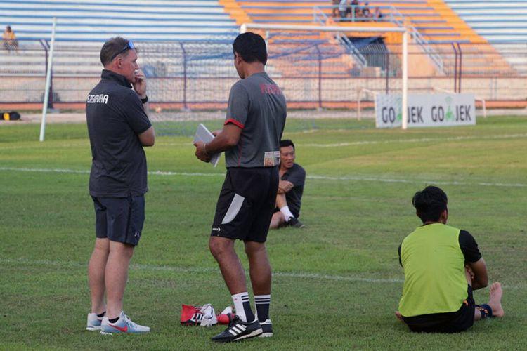 Pelatih Persipura Jayapura Peter Butler (kiri) saat memantau anak didiknya pemanasan.