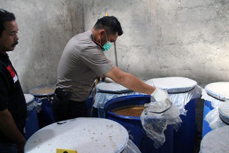 Kapolres Lamongan AKBP Feby DP Hutagalung (kanan), saat memeriksa miras siap edar yang ditemukan.