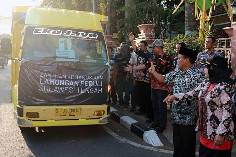 Bupati Lamongan Fadeli dan Wakil Bupati Kartika Hidayati (kanan) saat melepas truk yang mengangkut bantuan dari masyarakat Lamongan untuk korban gempa dan tsunami di Sulawesi Tengah.