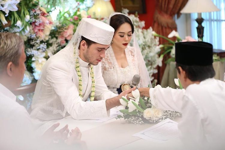 Penyanyi Aura Kasih melaksanakan akad nikah dengan Eryck Amaral di Jakarta pada 22 Desember 2018.