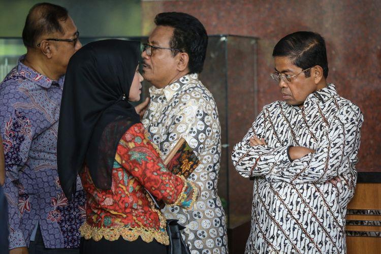 Sekretaris Jenderal Partai Golkar Idrus Marham (kanan) tiba di Gedung Komisi Pemberantasan Korupsi (KPK) di Jakarta, Senin (11/9/2017). Kedatangannya terkait Ketua DPR RI Setya Novanto yang tak memenuhi panggilan Komisi Pemberantasan Korupsi hari ini.