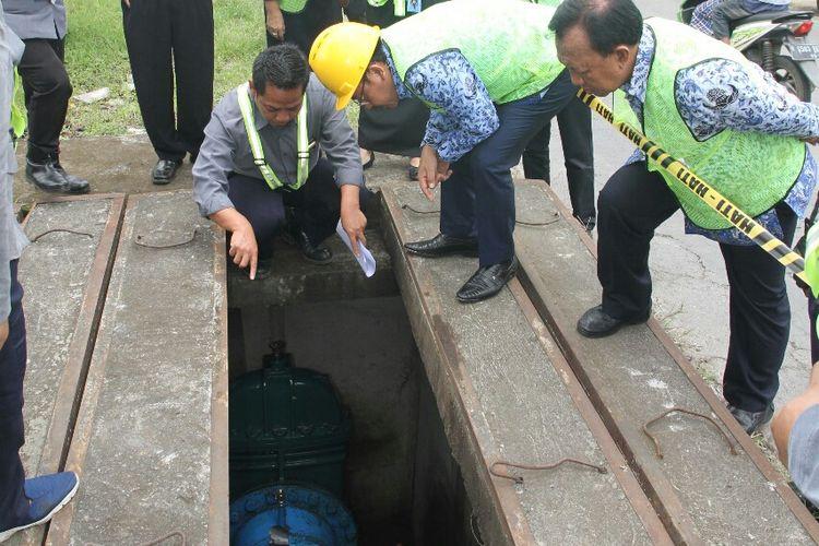 Wali Kota Malang Sutiaji saat meninjau pipa saluran air PDAM Kota Malang pada Kamis (17/1/2019)
