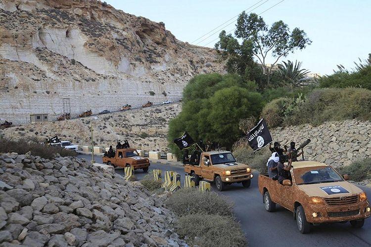 Kendaraan bermotor milik anggota Dewan Pemuda Islam Derna, yang telah berbaiat kepada kelompok ISIS, sedang berkonvoi di pada Oktober 2014.
