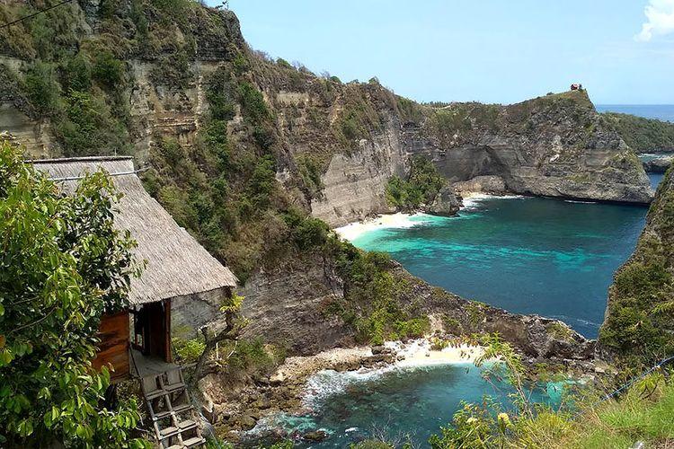 Panorama Pantai  di Nusa Penida, Klungkung, Bali, ?Surga Biru? bagi wisatawan. Pantai itu memiliki daratan yang menjorok ke laut seperti jari kelingking.