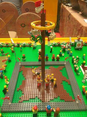 Lego yang menggambarkan permainan panjat pinang