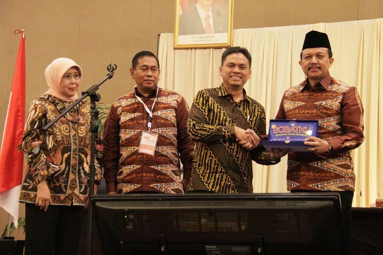 Dari kiri ke kanan, Noeniek Herliani, Sekretaris KSP Sahabat Mitra Sejati; peserta rapat yang mendapat hadiah saldo dari Sobatku; Ceppy Yana Mulyana, Ketua KSP Sahabat Mitra Sejati; dan Agus Muharam, Sekretaris Menteri Koperasi dan UKM