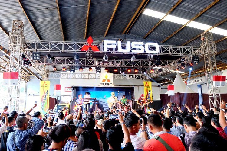 Konser Iwan Fals bersama Mitsubishi Fuso di Bandar Lampung, Lampung, Rabu (20/12/2017).