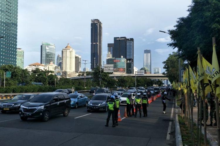 Tampak arus lalu lintas di depan lokasi debat kedua Pilpres 2019 di Hotel Sultan, Jalan Gatot Subroto, Jakarta Pusat tersendat cenderung lancar, Minggu (17/2/2019).