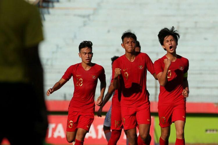 Pemain timnas U-19 Indonesia, Rendy Juliansyah, berselebrasi bersama rekan setim setelah berhasil mencetak gol ke gawang Persibo Bojonegoro pada laga uji coba, Kamis (18/7/2019).