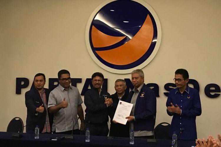 Sekretaris Jenderal Nasdem Johny G. Plate menyerahkan SK dukungan kepada Burhan Abdurrahman untuk maju di Pilkada Maluku Utara. Penyerahan SK dukungan dilakukan di DPP Nasdem, Menteng, Jakarta Pusat, Minggu (7/1/2018).