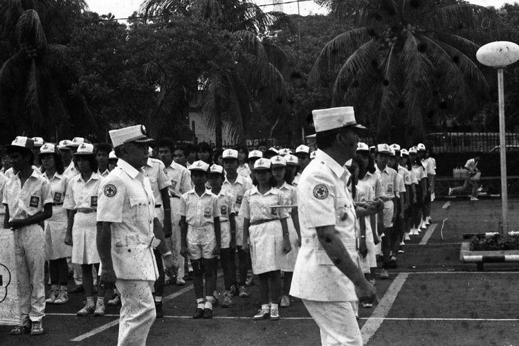 Palang Merah Remaja.- Gubernur DKI R. Soeprapto Sabtu pagi di halaman Balaikota memeriksa apel PMR yang diikuti 2.000 pelajar. Para remaja  ini akan melakukan kunjungan dari rumah ke rumah untuk mengumpulkan dana bagi PMI DKI.