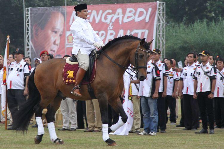 Ketua Dewan Pembina sekaligus Ketua Umum DPP Partai Gerindra Prabowo Subianto menginspeksi peserta apel setelah pelaksanaan Munaslub di Gunung Putri, Kabupaten Bogor, Jawa Barat, Sabtu (20/9/14)