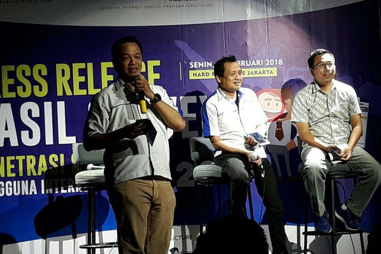 Konferensi pers Survei Penetrasi dan Perilaku Internet Indonesia 2017 oleh Asosiasi Penyelenggara Jasa Internet Indonesia (APJII) di Jakarta, Senin (19/2/2018).