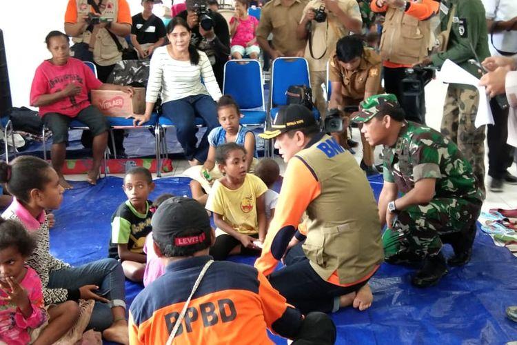 Kepala BNPB Letjen Beni Munardo sedang mengunjungi para pengungsi yang berada di Kantor Bupati Jayapura, Papua, Senin (18/3/2019).