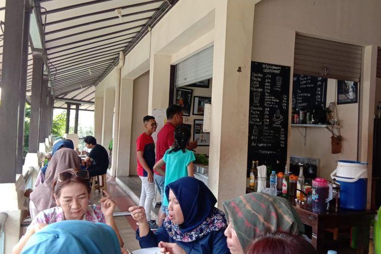 Suasana TFP Kopi Warung Pasar Gede Solo yang dipenuhi pengunjung.