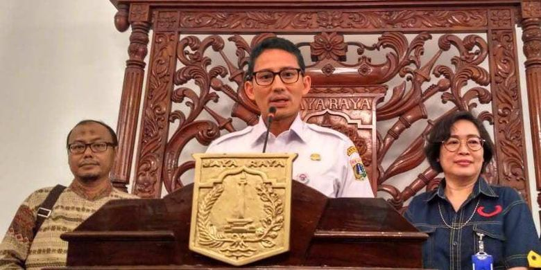 Direktur Utama PD Dharma Jaya Johan Romadhon, Wakil Gubernur DKI Jakarta Sandiaga Uno, dan mantan Direktur Utama PD Dharma Jaya Marina Ratna Dwi Kusumajati di Balai Kota, Rabu (23/5/2018).
