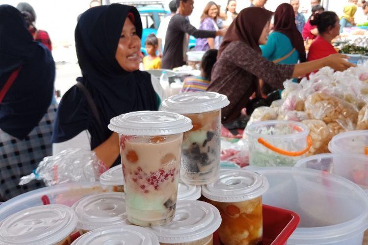 Pedagang es kampiun menjual hidangannya di Pasar Bendungan Hilir (Benhil) yang dipenuhi jajanan takjil menjelang berbuka puasa, Kamis (17/5/2018).